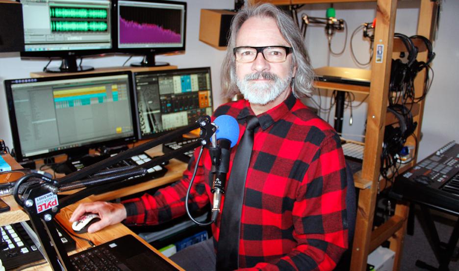 Allen Vallières en télétravail dans son studio chez Productions du garde-robe. Production de podcast, mastérisation.